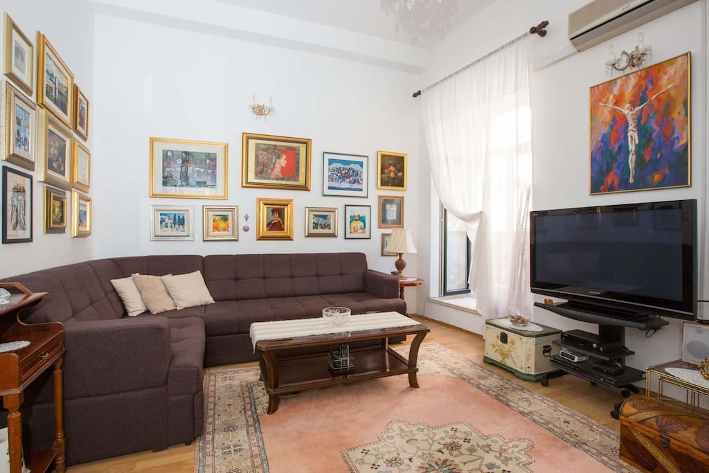 Comfort living room, big flat screen TV, air condition, art...