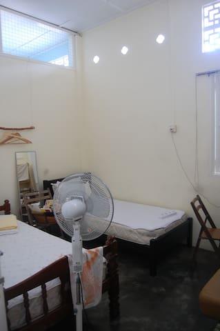 南洋风新村小房间~ 舒适两个单人床房(黄色房) - Pekan Nanas - Townhouse