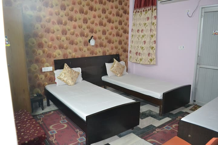 3 Beds AC Room ,Ensuite bath in Pitampura