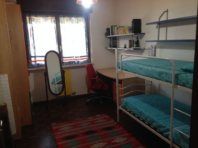 Ampia stanza privata e bagno a Torino