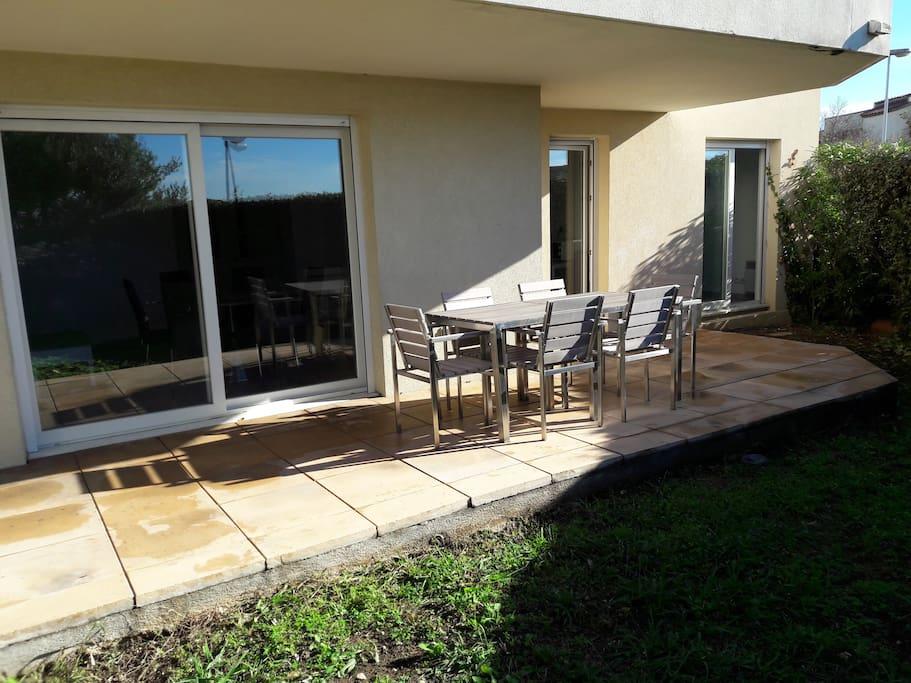 Terrasse abritée directement accessible depuis le séjour et la cuisine