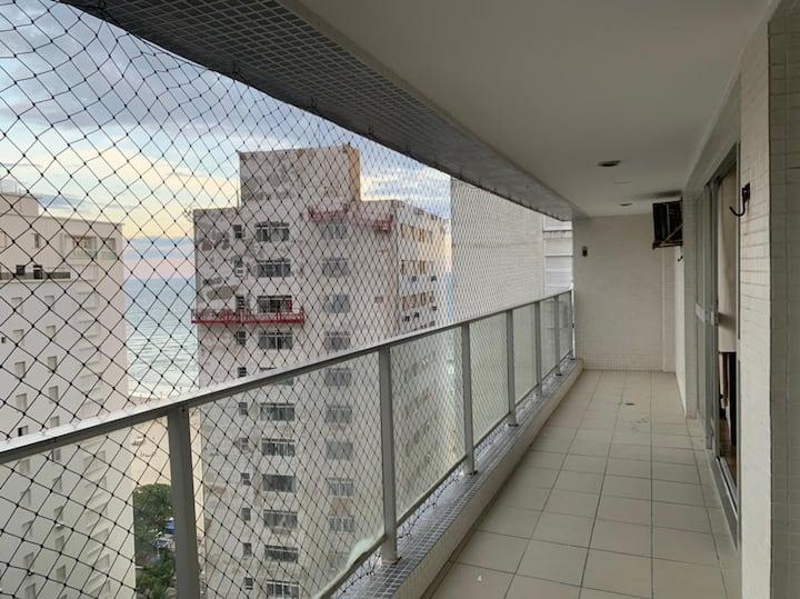 AP com amplo espaço na quadra da praia no Guarujá