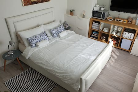 Comfy Double Room with Kingbed , Free Vine & Bikes