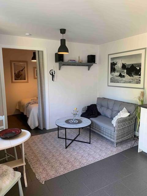 Annex med fräsch lägenhet, uteplats.
