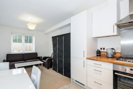 TWO BEDROOM APARTMENT CENTRAL EGHAM #TH3 - Egham - Apartment - 1