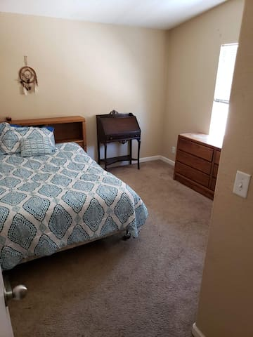Private ROOM W/ QUEEN BED, Shared space w/yard