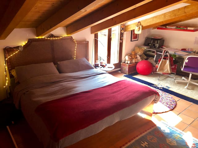 The second double bedroom with private bathroom (shower) with view on the private garden