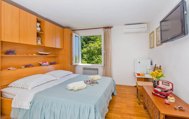 Lovely room with garden view and shared bathroom - Dubrovnik - Haus