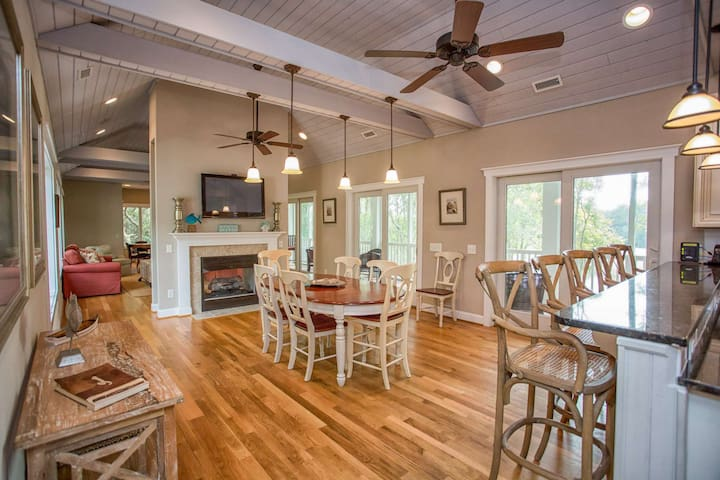 Family Friendly Home! Golf Course Views, Close to Market & Marina and Beaches, & Pet Friendly