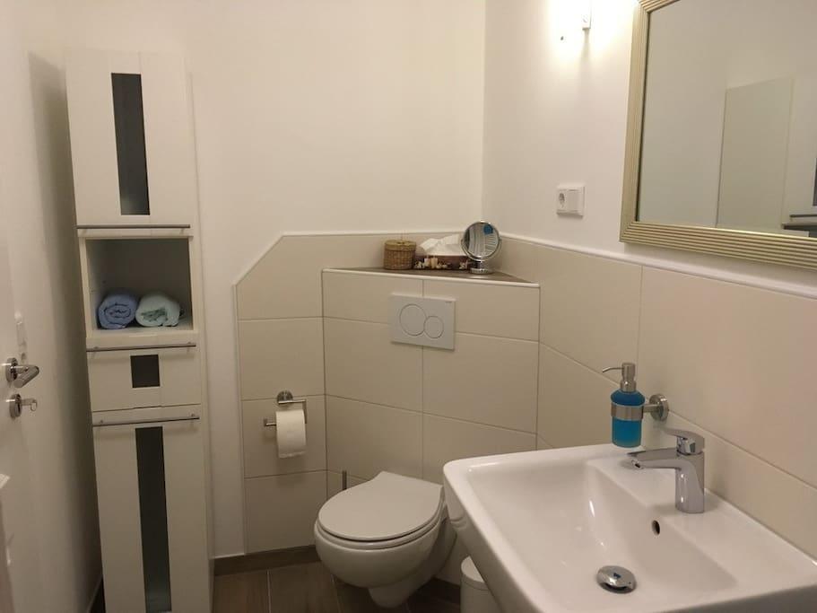 Mit eigenem Badezimmer m it ebenerdiger Dusche, welches schräg gegenüber des Zimmes ist