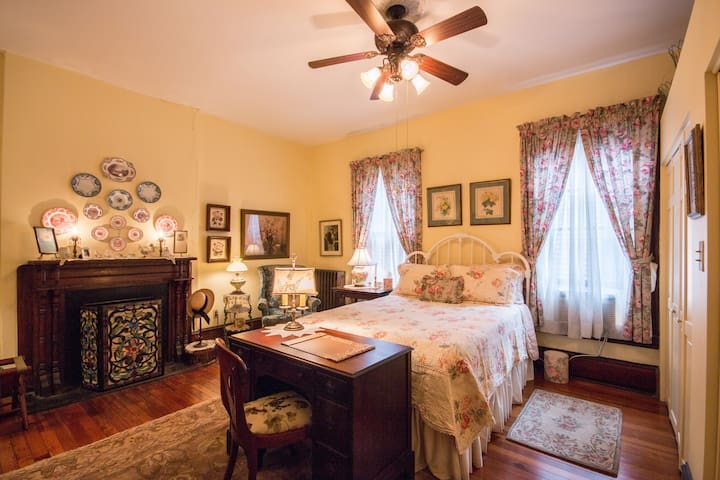Victorian 2 blocks from downtown Charlotte's Room - บริสตอล - บ้าน