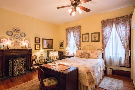 Victorian 2 blocks from downtown Charlotte's Room - Bristol - Hus