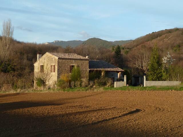 Grande maison au milieu des champs, à Crest