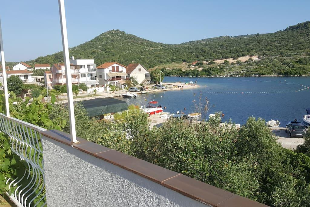 pogled na plažu sa terase