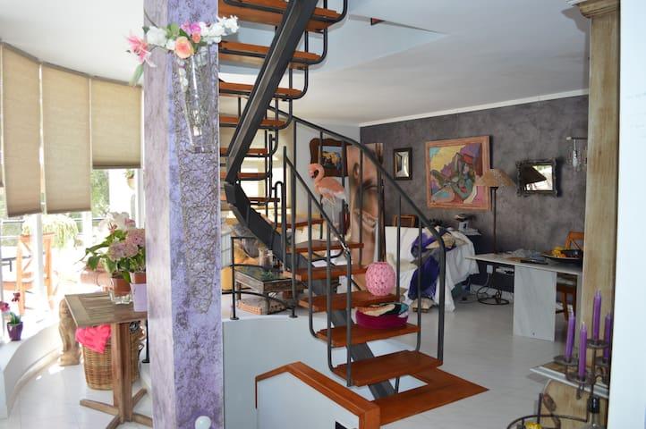 Salón comedor con escalera para ir a la terraza solarium.