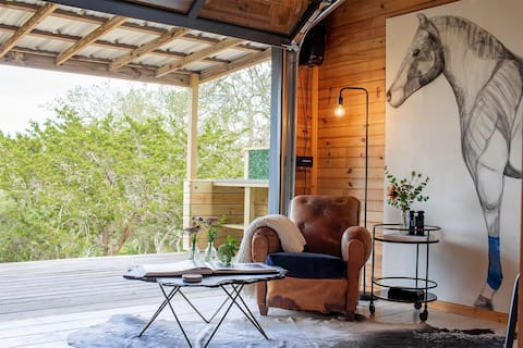 The Holiday | Blick auf Studio Cabin + Hill Country!