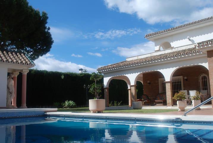 Lovely classical style villa Maria - Benalmádena - Huis