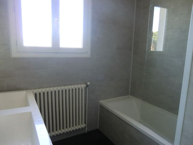 Salle de bain commune aux 2 chambres / 2 vasques