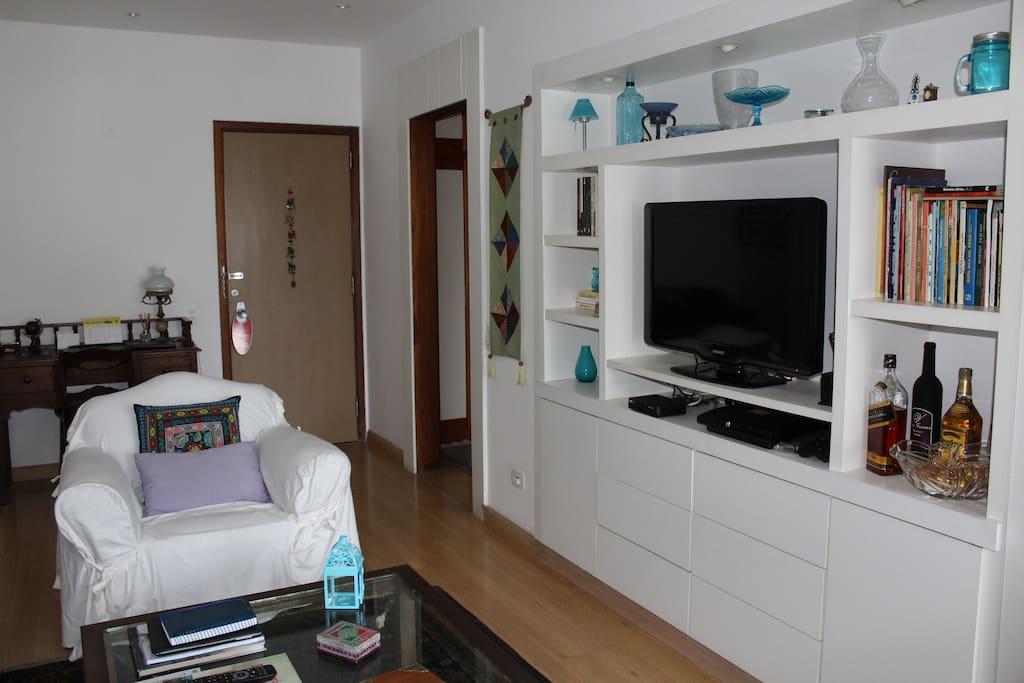 """Sala ampla, arejada, com tv LCD """"32"""" e ar condicionado split"""