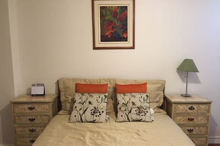 Queen bed with ensuite bathroom & parking