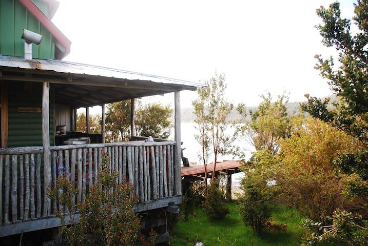 Cabaña orilla de Lago Cucao, Chiloé