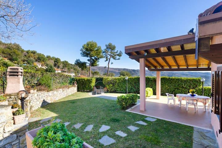 Accogliente casa vacanze a Diano Arentino con giardino