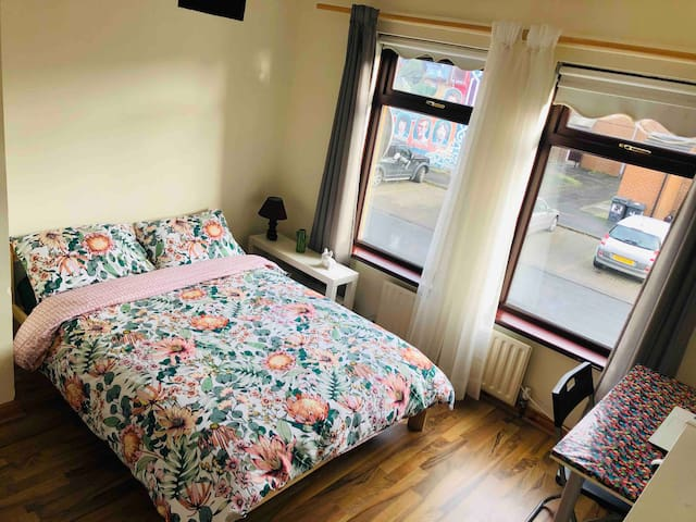 Private rooms. Double bed + breakfast.City center