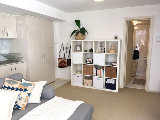 Spacious studio with car space - Manly - Lägenhet