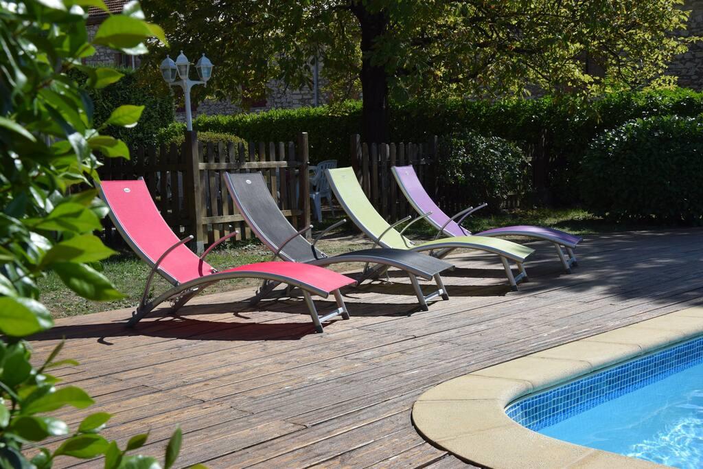La plage de la piscine et ses chaises longues