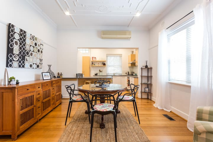 Spacious - ArtDeco - St Kilda The perfect location