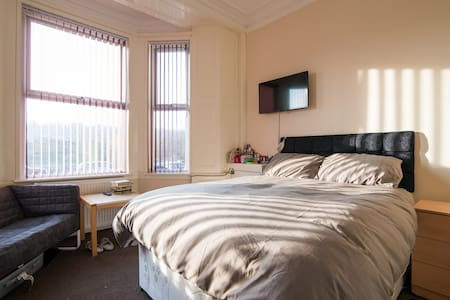 NEWCASTLE U LYME,WOODLAND VIEW  VILLA, STUDIO 1. - Newcastle-under-Lyme