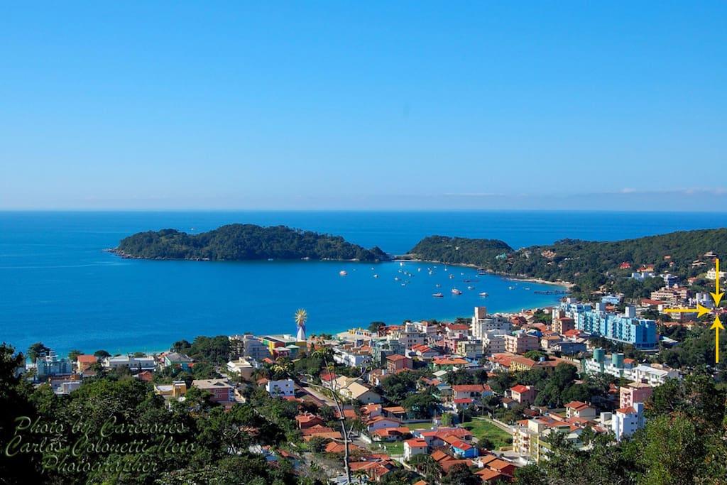 Vista panorâmica da Praia de Bombinhas com localização do edifício.