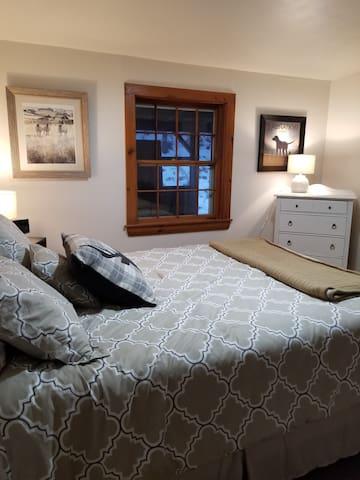 front bedroom/queen bed