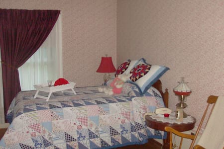 The Virginia Carter Room is a private room. - Richfield - Bed & Breakfast