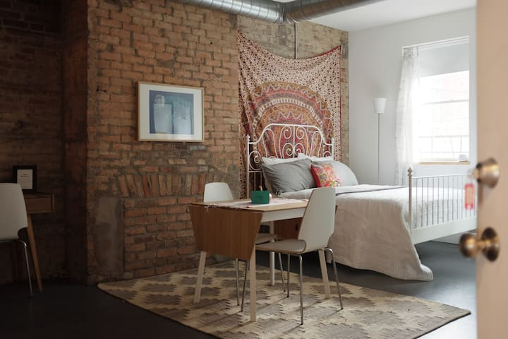Apt C: Cute & Cozy Studio in OTR - Cincinnati - Apartment