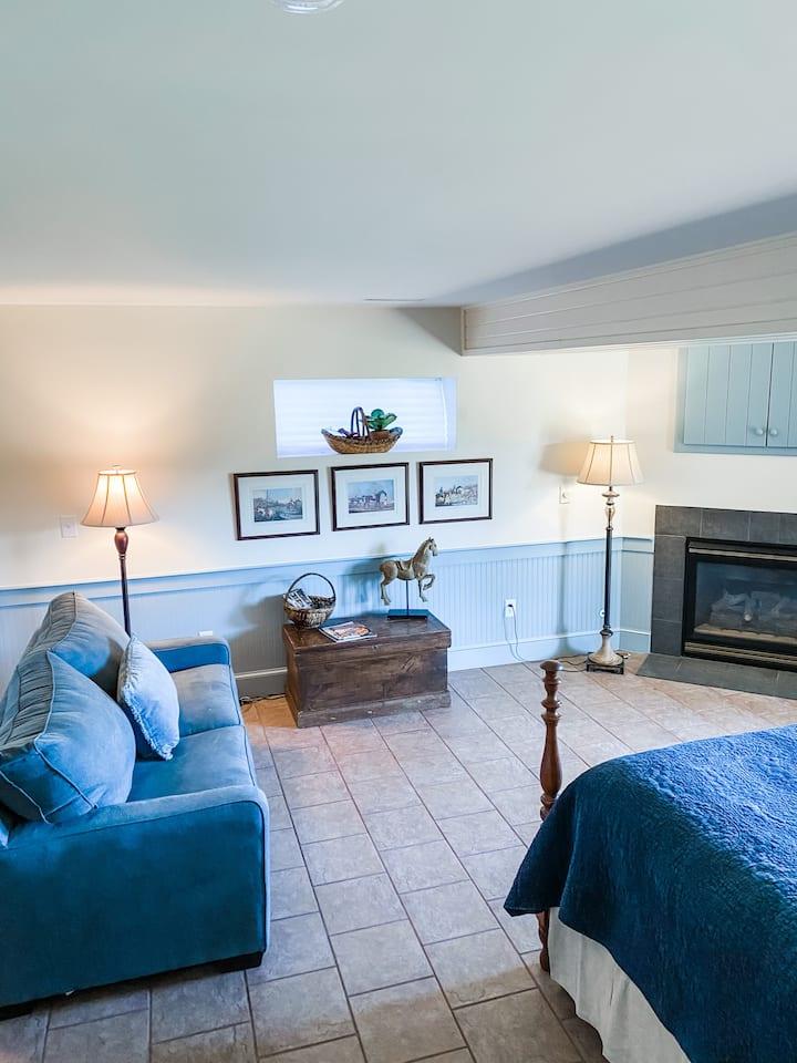 Upscale suite, jacuzzi, fireplace, @Orlesa Farms