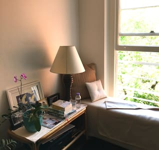 Large room in sunny apartment - Double Bay
