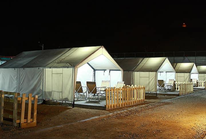 넓은 공간과 바로 앞 바베큐 시설이 있어 캠핑을 즐길 수 있는 글램핑1