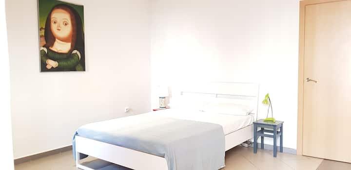"""Cozy! 2 bigs bedrooms/ 4""""walk Rambla/5""""University"""