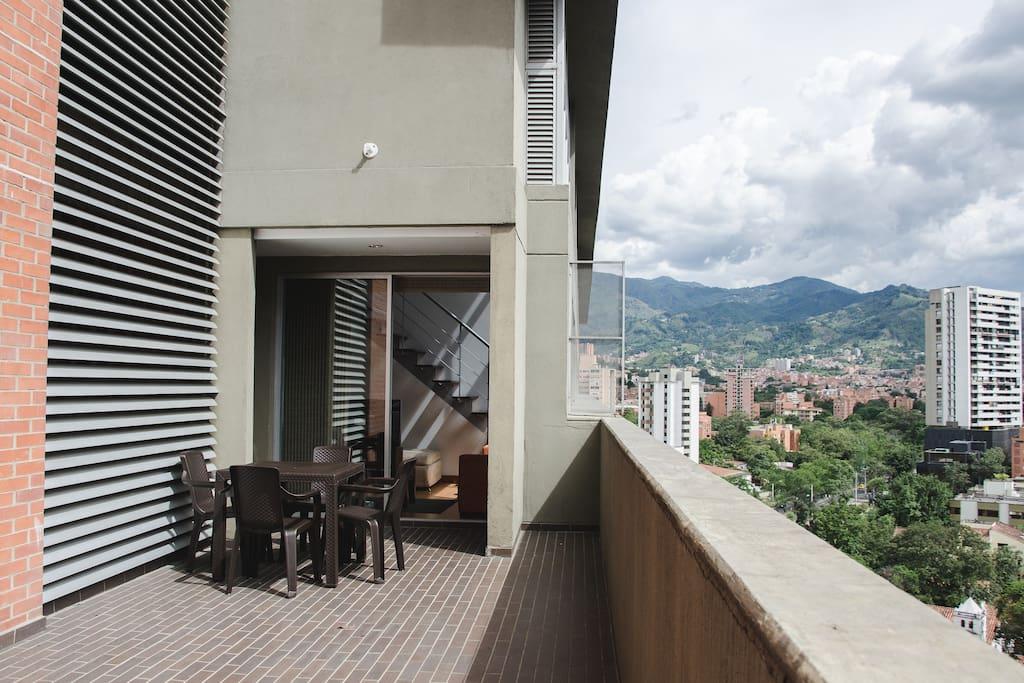 Hermosa terraza con una linda vista de la ciudad. Big terrace with a nice view of the city.