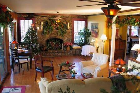 The Laurel Room - Mountain Grove (near Mentone)