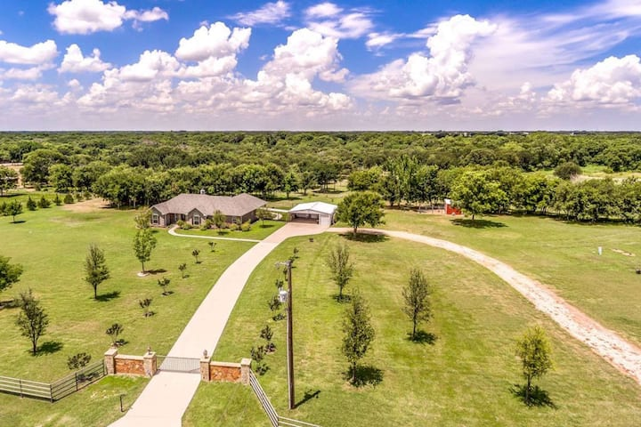 Private Gated Country Oasis for Relaxation on 22 acres! Pet & Feed Farm Animals - Master w/ King Bed