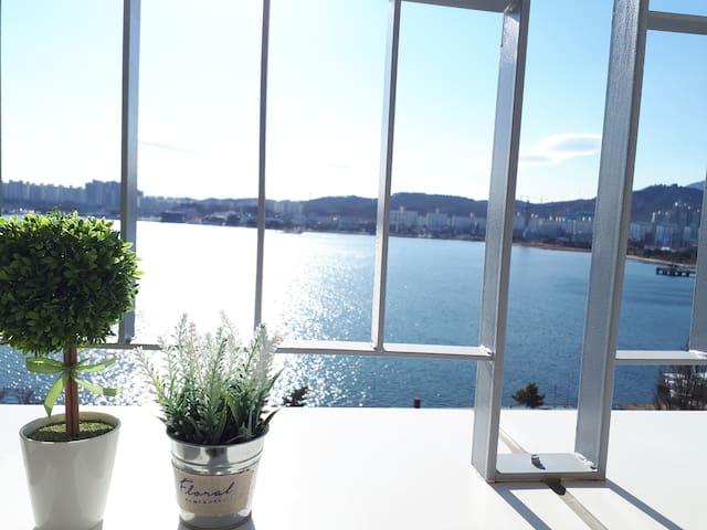 #2.호텔식 신축 테라스에서 동해바다 일출ㆍ청초 호수 뷰/갯배.중앙시장.칠성조선소5분