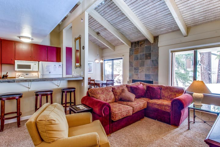 Spacious mountaintop condo with a shared sauna, pool, and hot tub!
