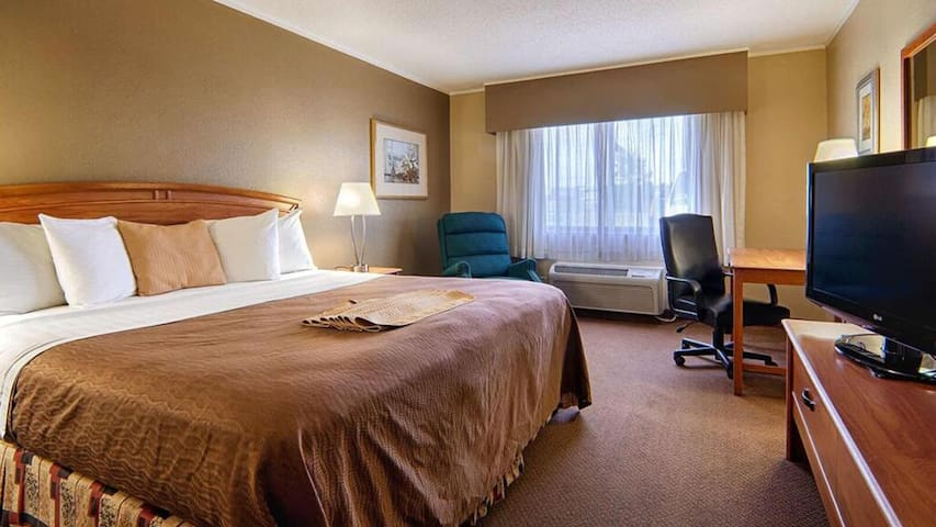 Feel welcome at Nowood Inn Mankato Deluxe 1 Queen Bed NS!!