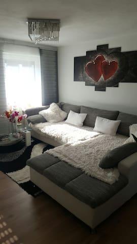 Großes Bett und Couch zum schlafen - Pfaffenhofen an der Ilm - Apartment
