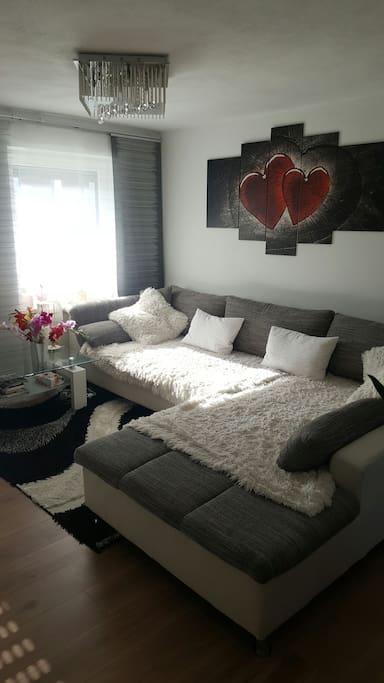 gro es bett und couch zum schlafen wohnungen zur miete. Black Bedroom Furniture Sets. Home Design Ideas