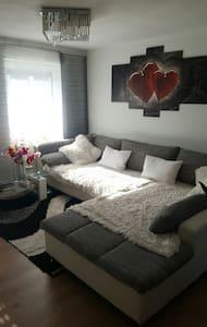 Großes Bett und Couch zum schlafen - Apartamento