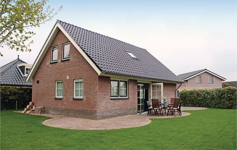 Holiday cottage with 3 bedrooms on 110m² in Tzummarum