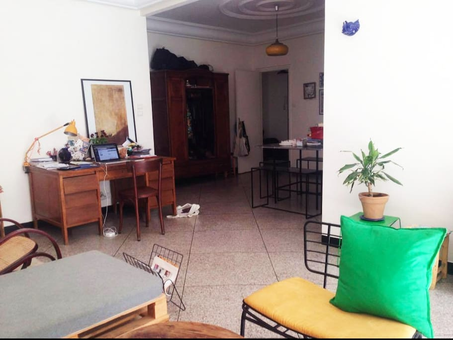 Salon vaste et lumineux